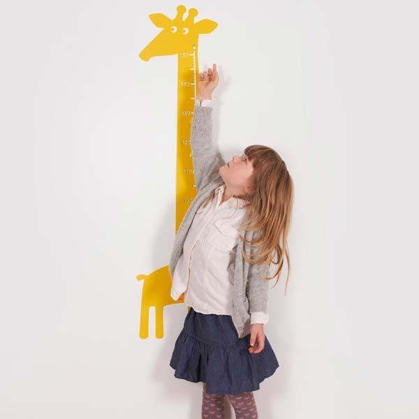 giraffe-yellow-with-girl56a730264a5945933d09593e8e